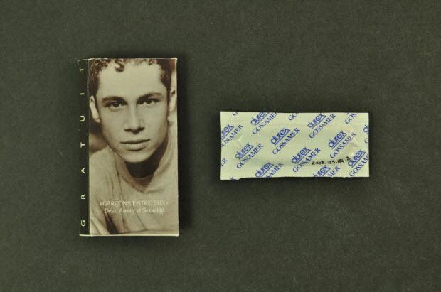 """Emballage de préservatif - """"Garçons entre eux. Désir, amour et sexualité"""""""