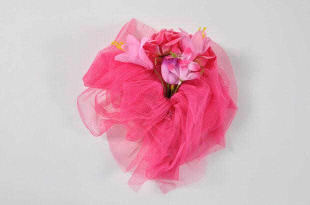 Bouquet de la mariée rose porté à la gay pride