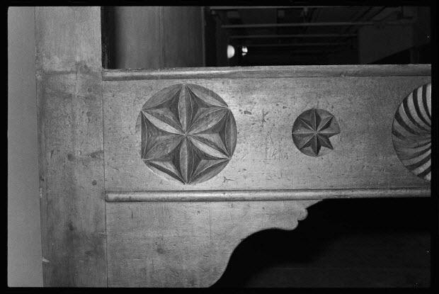 """photographie - Bois de lit-clos en sapin marqué """"A.M.F.J. 1877"""". Détails du décor de rosaces sur le bois. Or, diamants et rubis synthétiques. Provient de Saint-Véran (Hautes-Alpes)"""