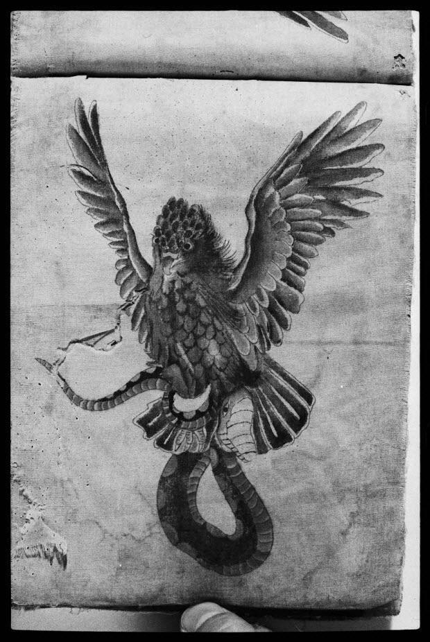 photographie - Aigle et serpent. Album de modèles de tatouages provenant d'Amérique. Album en tissu avec dessins peints