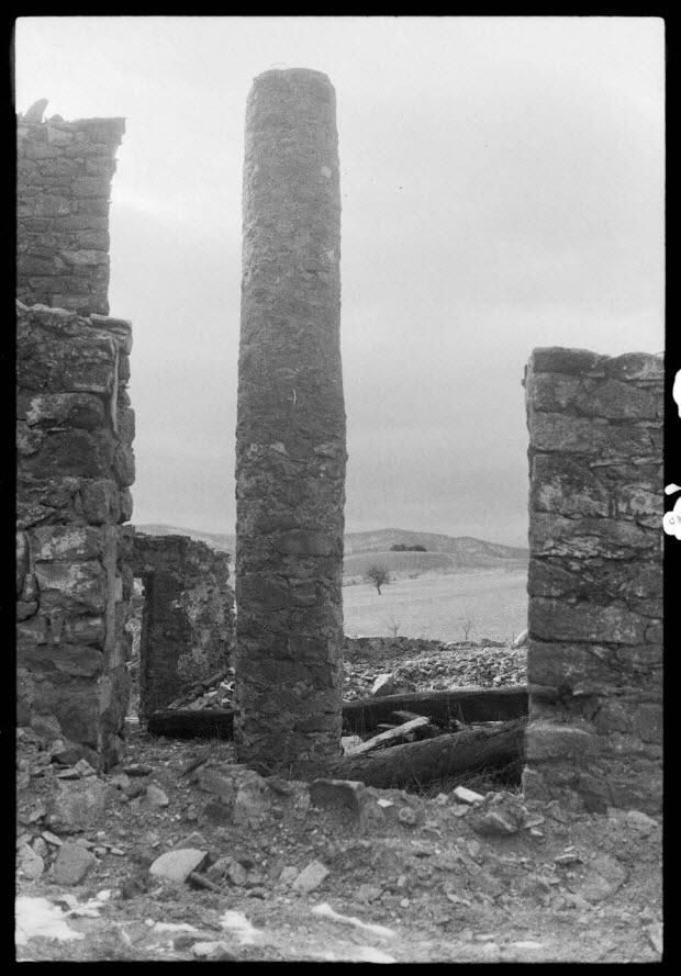 photographie - Maison en ruine, avec colonne centrale