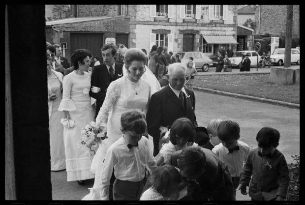 photographie - L'arrivée du cortège à travers la ville allant à pied vers la mairie