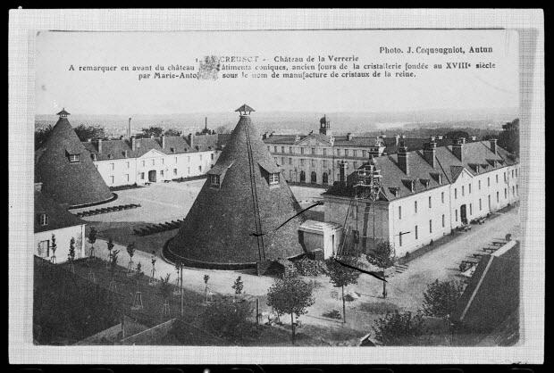 photographie - Château de la Verrerie. Les bâtiments coniques sont d'anciens fours de la cristallerie, fondée au 18è siècle par Marie-Antoinette sous le nom de la Manufacture de Cristaux de la Reine