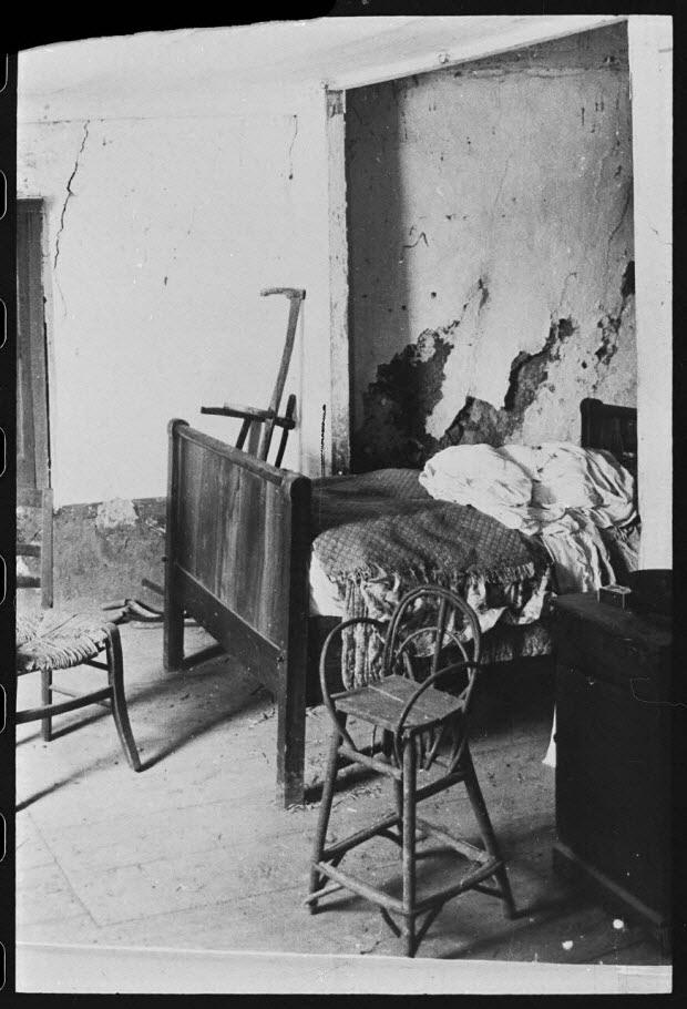 photographie - Propriété de Monsieur Marius Nicolas. Premier étage : chambre à coucher. Au premier plan : une chaise d'enfant en osier