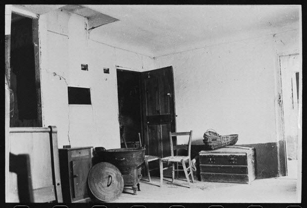 photographie - Propriété de Monsieur Marius Nicolas. Premier étage : chambre à coucher. Au fond : porte ouverte sur le cellier