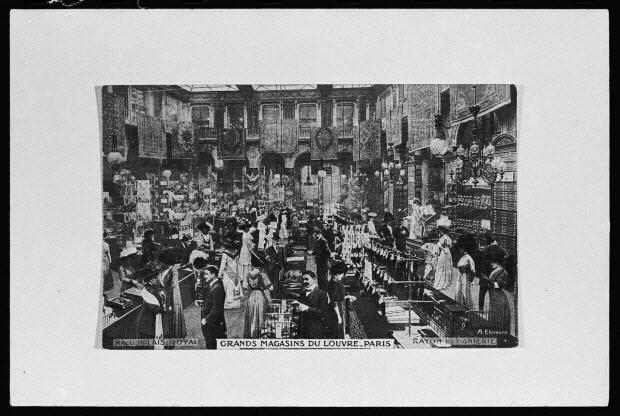 photographie - Grand magasin du Louvre au rayon de la ganterie, vers 1900