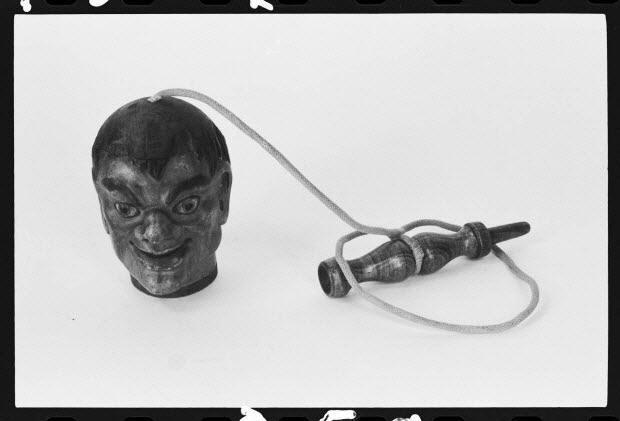 photographie - Bilboquet en forme de tête d'homme