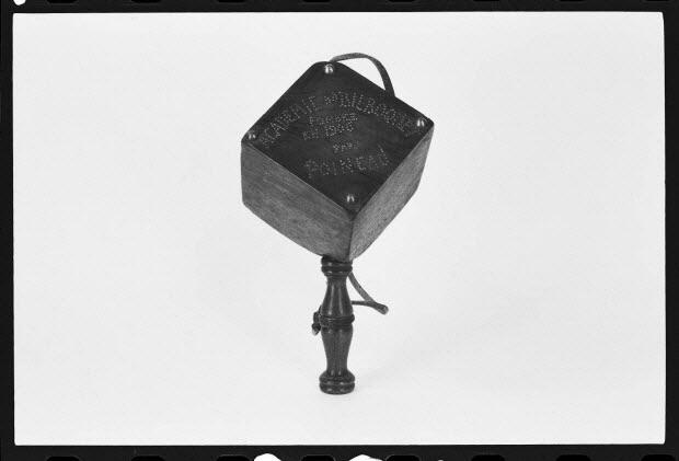 photographie - Bilboquet avec une inscription : Académie de bilboquet fondée en 1906 par Poineau