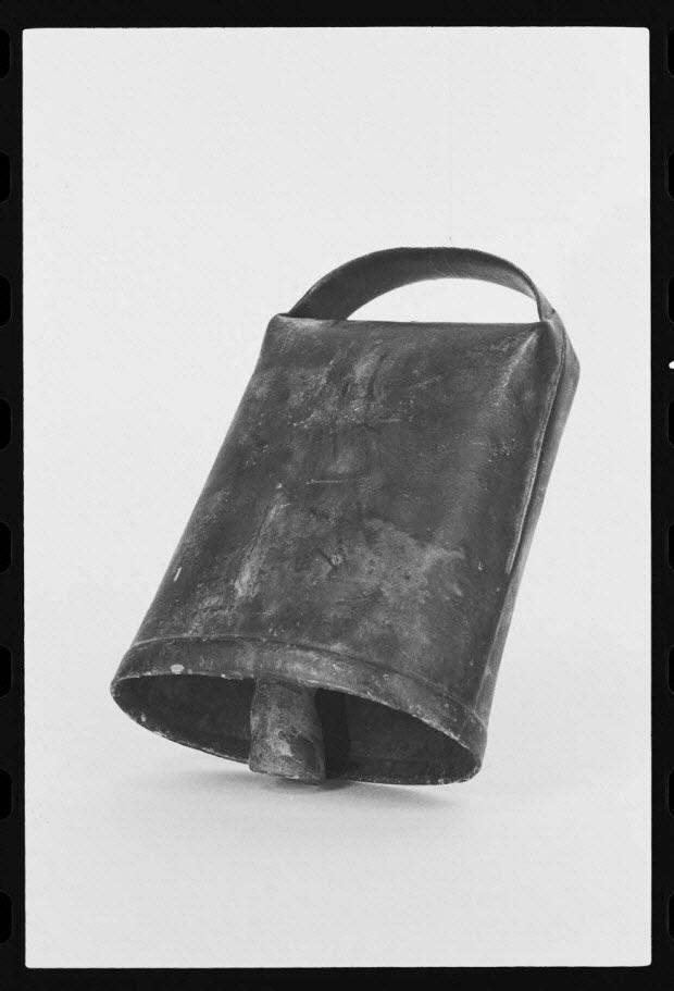 photographie - Cloche avec clappe. Fer, cuivre et plomb