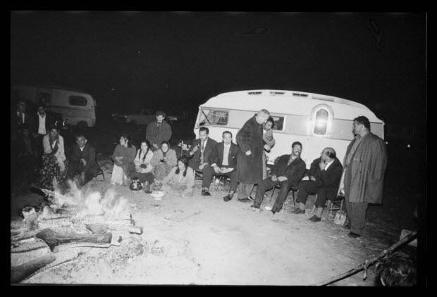 photographie - Ethnie Rom des Curara. La veillée avec un feu. Caravane, hommes et femmes