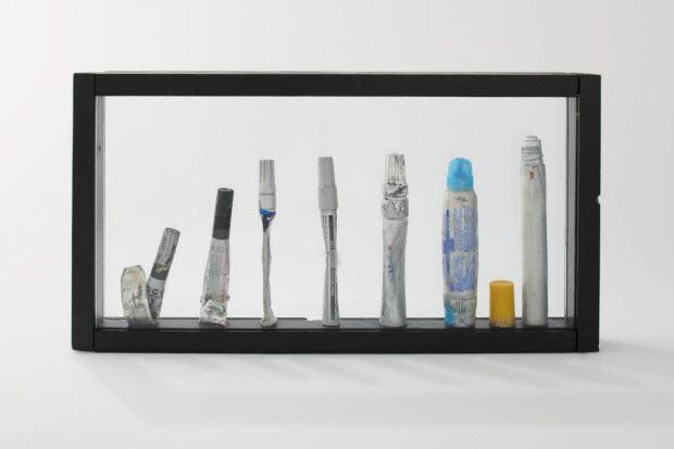sculpture - Assemblage de marqueurs en vitrine