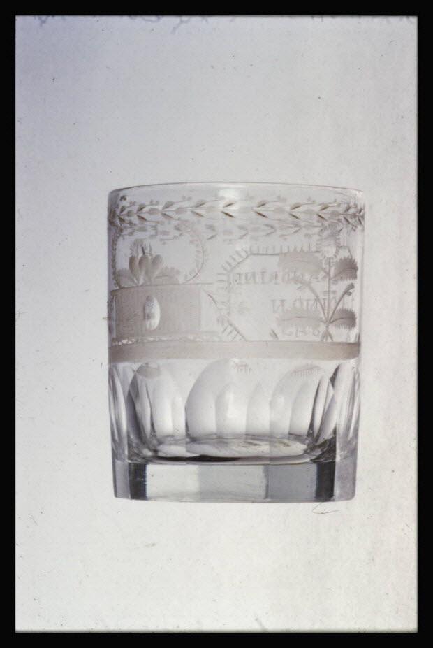 """photographie - Gobelet de mariage en cristal. Inscription """"Alexandrine Coinon. 1843"""""""
