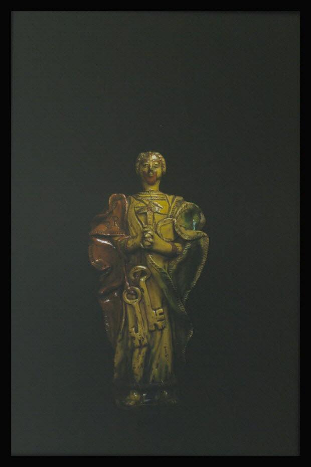 photographie - Statuette de saint Pierre en terre vernissée provenant de Ligron dans la Sarthe. Début 19è siècle