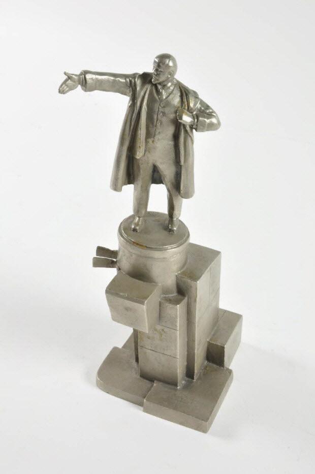 statuette - Lénine harangant la foule sur un piedestal par Mourzina (1980)