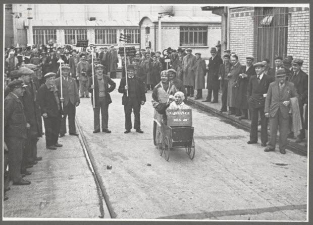 photographie - La naissance des quarante heures. Récréation pendant l'occupation des ateliers. Grève de juin 1936. Ateliers du métro