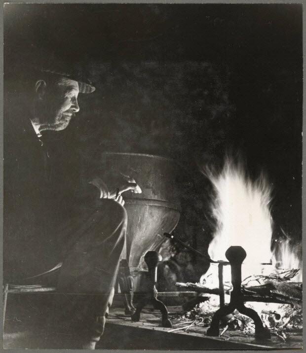 photographie - Ferme d'Hottot. Fermier au coin de son feu