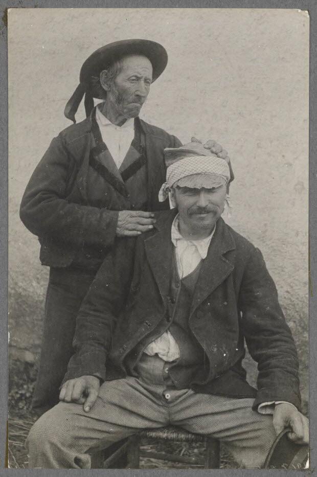 photographie - Bourg-Pol. Rebouteur guérissant les maux de tête avec un emplâtre de feuilles de choux et de saindoux