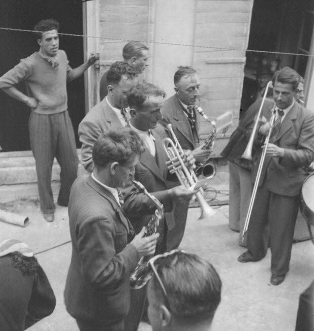 photographie - Fêtes de la tarasque organisée par la commune libre de Jarnègues les 22, 23 et 24 juin 1946 à Tarascon