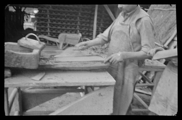 photographie - Les Tuilières. Tuilerie Palard. L'ouvrier sable la planche et le moule