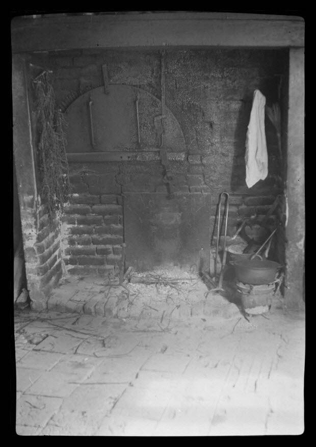 photographie - Cheminée avec four à pain. Montants de l'âtre et du foyer en brique
