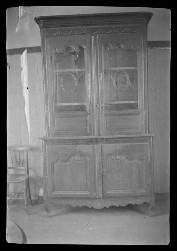 photographie - Chez Monsieur de Surmont, château de la Pommeraie. Buffet à deux corps