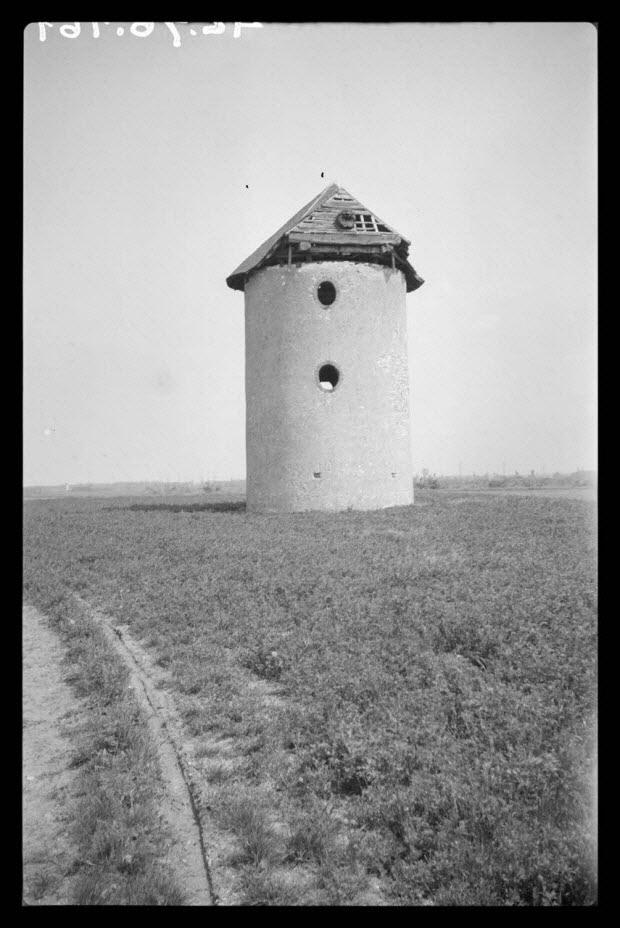 photographie - Place de l'église. Moulin à vent en pierre
