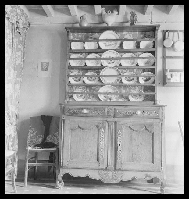 photographie - Chez Monsieur Buttier. Vaisselier. Pilastre à quatre cannelures