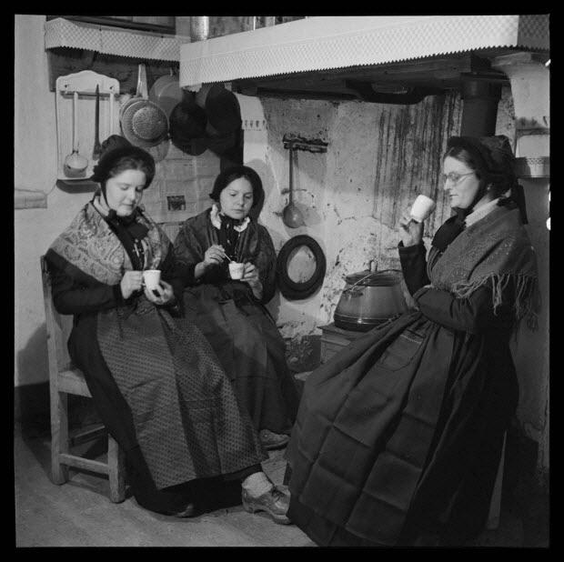 photographie - Maison Albert. Jeunes filles à la veillée prenant le café