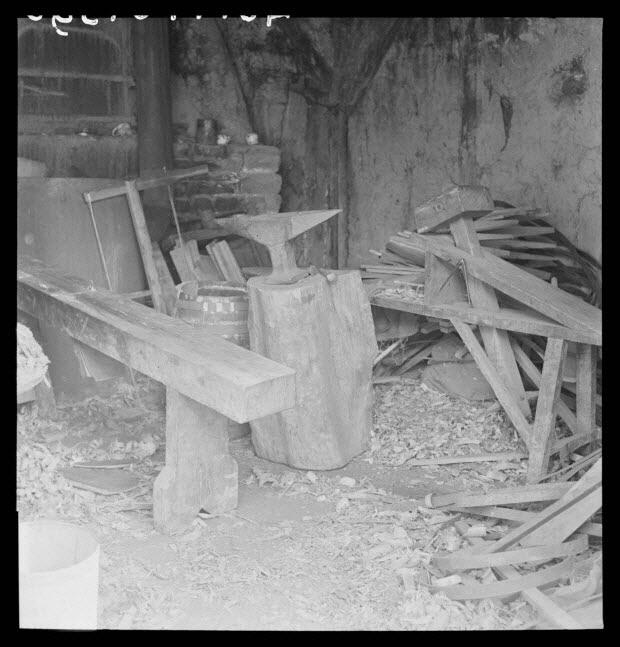 photographie - Chez Monsieur Desrues, tonnelier à la Goupillière. Intérieur de l'atelier : colombe, enclume, chevalet et moules