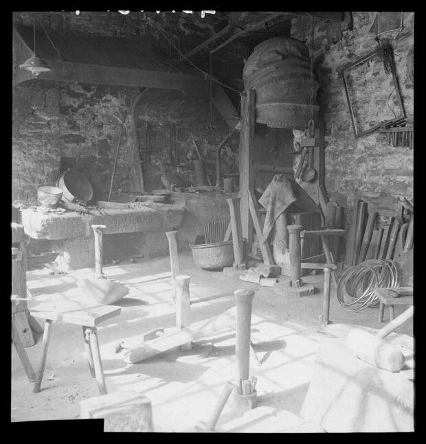 photographie - Chez Monsieur Roblin, chaudronnier. Vue de l'atelier avec boules, forges et soufflet