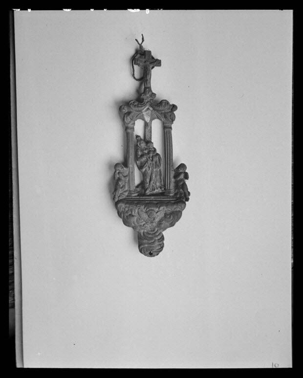 photographie - Chez Monsieur Roblin, chaudronnier. Image en plomb de saint Hubert accrochée au mur de l'atelier