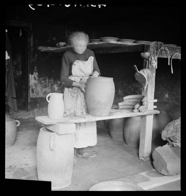 photographie - Atelier Talbot Leclerc. Madame Alphonse talbot pose les anses d'un saloir