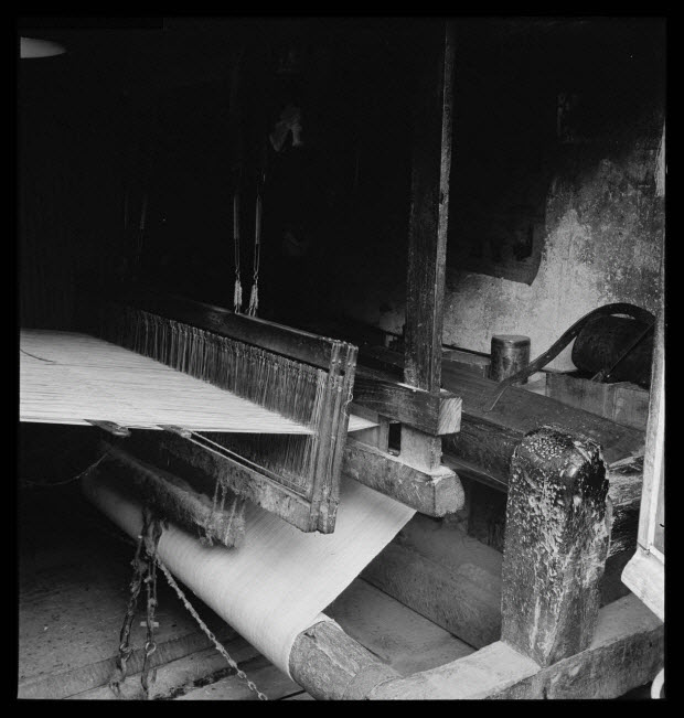 photographie - Chez Monsieur Riffet, tisserand. Métier à tisser, battant et lames, déchargeoir, poitrinière