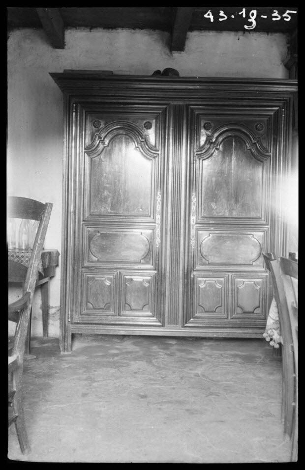 photographie - Chez Madame veuve Simonet. Armoire à deux portes à panneaux