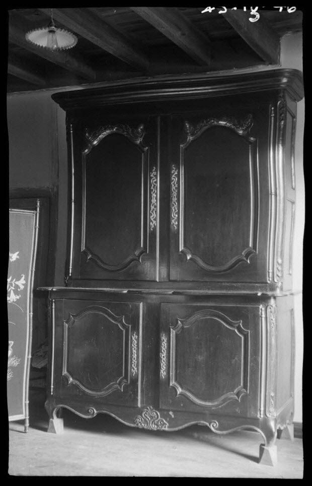 photographie - Chez Monsieur Gustave Bouchet. Buffet haut à deux corps avec tablette chantournée