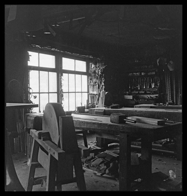 photographie - Monsieur Jean-Baptiste Valence, menuisier. Intérieur de l'atelier