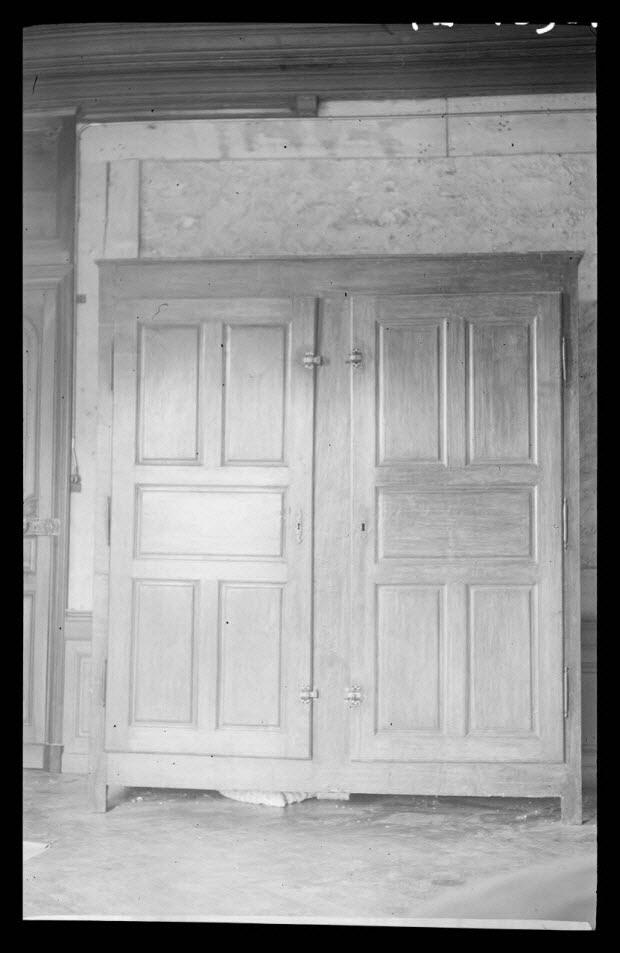 photographie - Château de Chanmargoux, propriété de Monsieur Garan de Balzan. Armoire à deux portes