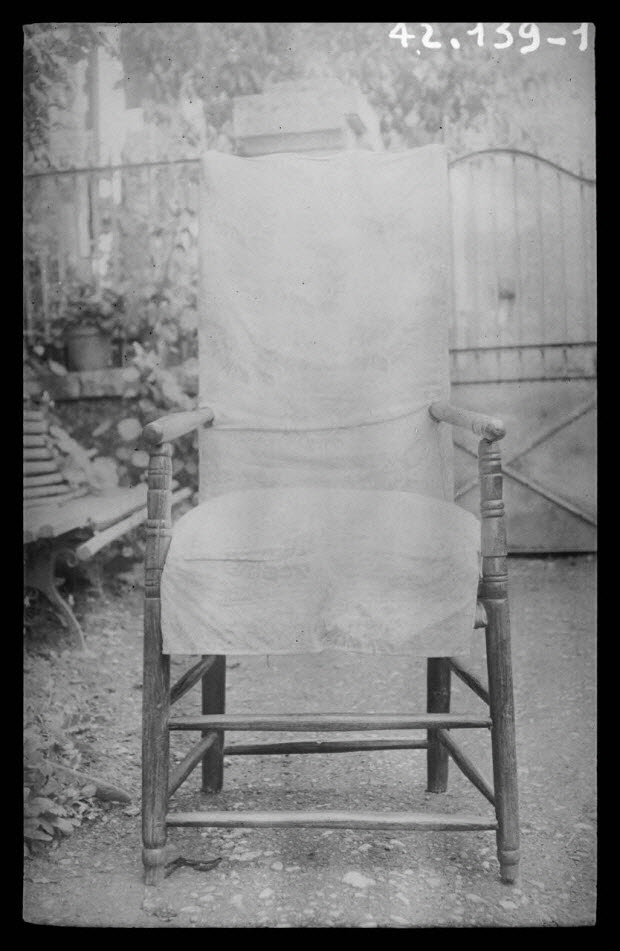 photographie - Chez Monsieur Séguin. Fauteuil avec housse