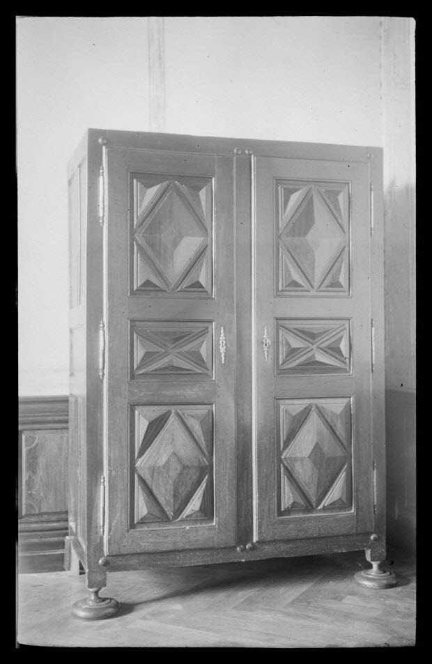 photographie - Château de Chanmargoux, propriété de Monsieur Garan de Balzan. Armoire à deux portes avec décor de pointes de diamant