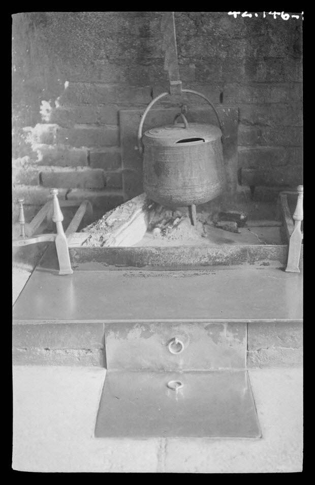 photographie - Hôtel de la boule d'or. Chez Madame Legeron. Le four à lait sous l'âtre