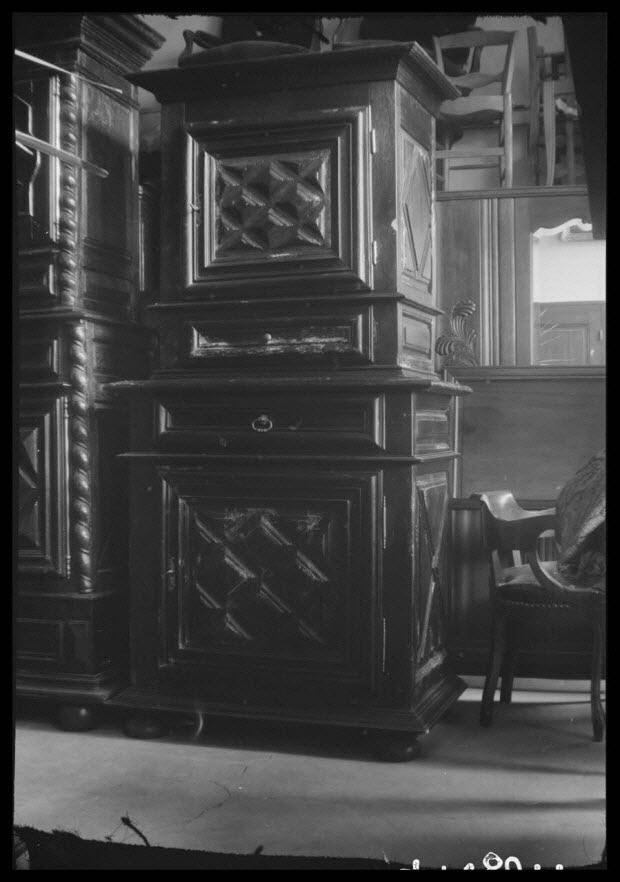 photographie - Chez Madame Chaume. Rue Neuve. Buffet à deux corps à deux vantaux et deux tiroirs