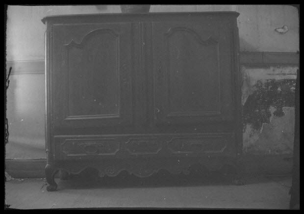 photographie - Chez Monsieur Félix. Place de la gare. Buffet bas à deux vantaux et un tiroir