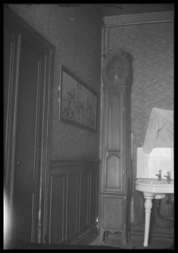 photographie - Chez Monsieur Félix. Place de la gare. Pendule à profil galbé
