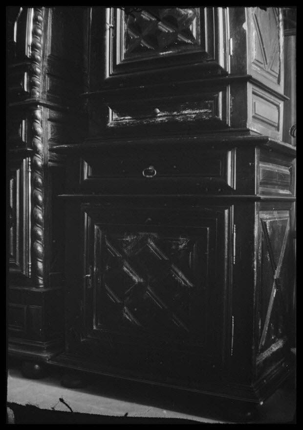 photographie - Chez Madame Chaume. Rue Neuve. Buffet à deux corps à deux vantaux et deux tiroirs. Vue en détail