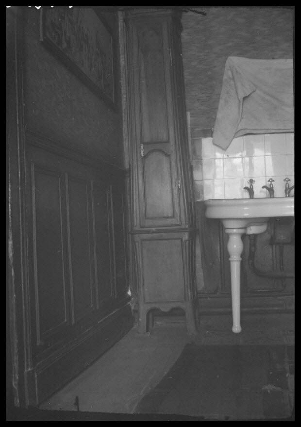 photographie - Chez Monsieur Félix. Place de la gare. Pendule à profil galbé. Détail de la partie inférieure