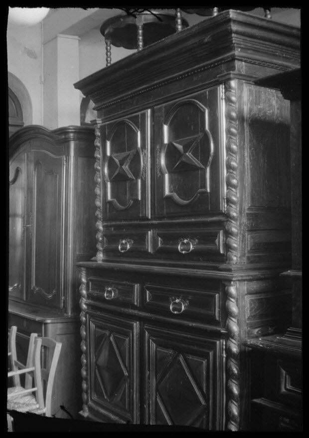 photographie - Chez Madame Chaume. Rue Neuve. Buffet à deux corps, décoré de motifs de pointes de diamant