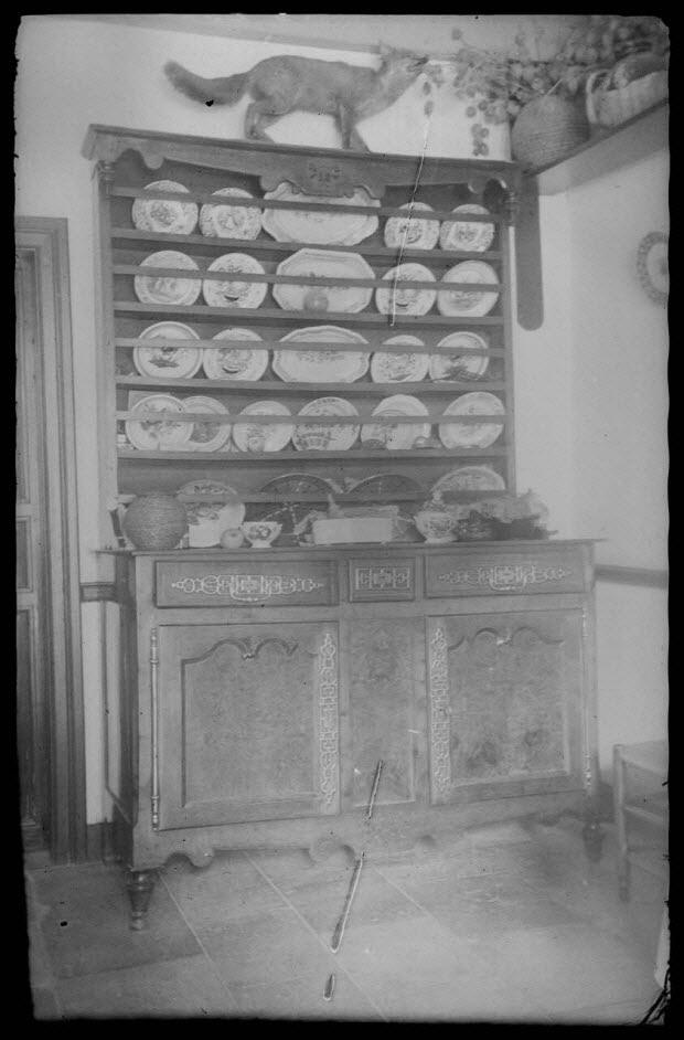 photographie - Chez Monsieur Augé. Buffet-vaisselier