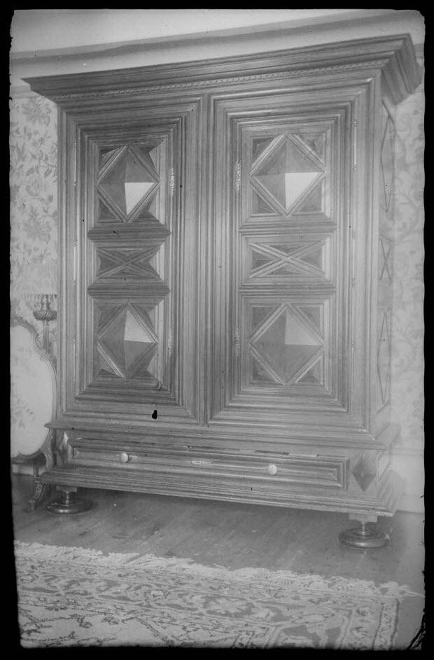 photographie - Chez Monsieur Augé. Armoire à deux portes avec décor de pointes de diamant