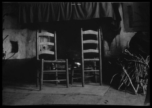 photographie - Chez Monsieur Palmires Molines. Intérieur avec âtre et siège