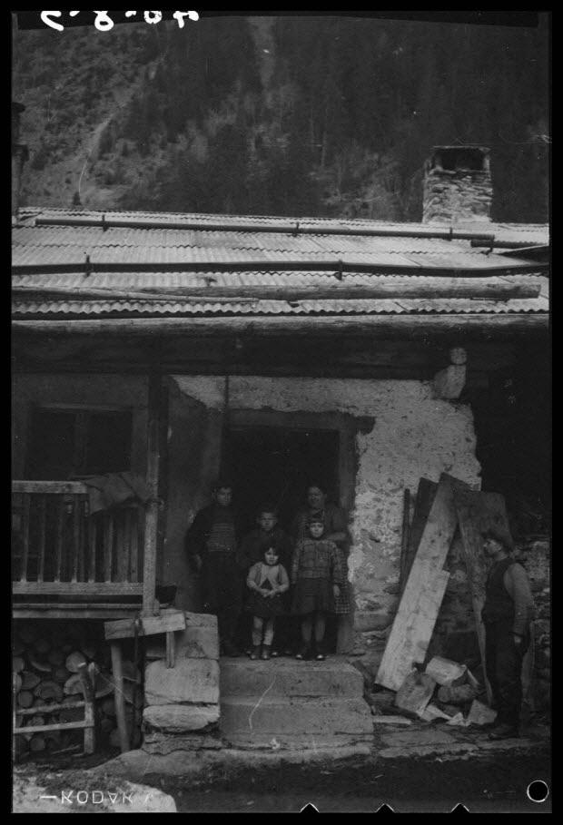 photographie - La famille Braisay au seuil de leur habitation